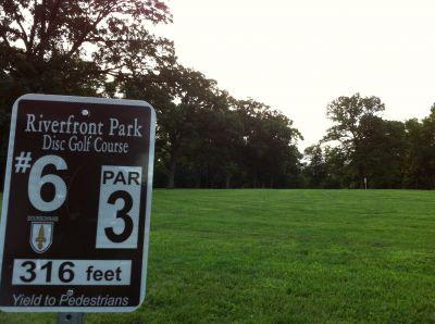 Riverfront Park, Main course, Hole 6 Tee pad